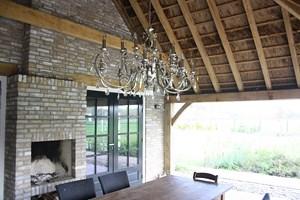 houtkachel met rieten dak
