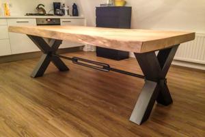 Eiken tafels en binneninrichting